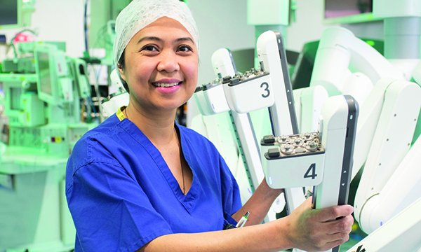 Marie Taniacao with the da Vinci Xi robotic surgical system