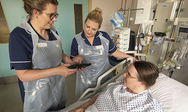 Rachael Ward and Corrine Shore undertaking a pain assessment with a patient